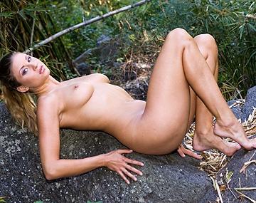 Private  porn video: Monika masturbiert im Wald bis sie und Ihre engen Löcher Besuch von zwei dicken Schwänzen bekommen