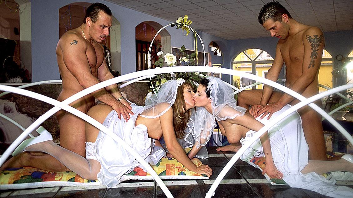 Maria Belluci y Michelle Wild recién casadas y con el traje se hace una orgía con DP antes del viaje