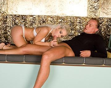 Private  porn video: La bandante Nesty léchée et doigtée avant une pipe et une bonne éjac