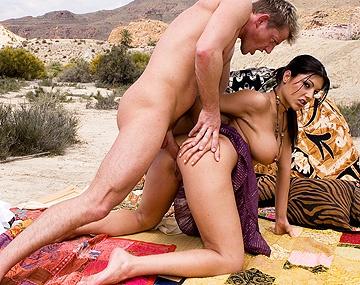 Private HD porn video: Bei einem Picknick in der Wildnis, wird die brünette Natalia hart und tief in den Arsch gefickt