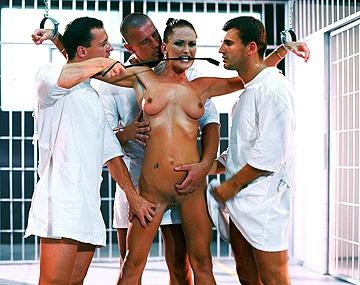 Private  porn video: Unglaublich wie Donna Marie drei Typen auf einmal befriedigt
