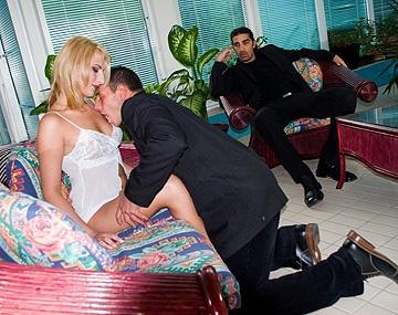 Private  porn video: MMF trio met Stella. De geile blondine pijpt twee grote lullen en krijgt DP anaal en in haar natte kut