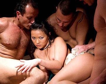 Private  porn video: Lady Mai veranderd een pokerparty in een gangbangparty