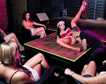 Private  porn video: Aletta Ocean geniet van hardcore sex in het bijzijn van een aantal vrouwelijke voyeurs