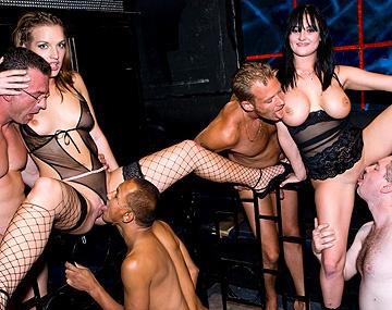 Private  porn video: Iedereen geeft hete Donna Marie een beurt in deze geile orgie