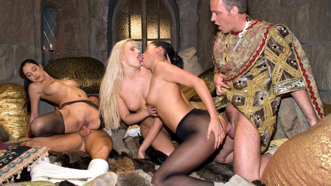Diese Kerle bekommen in Gruppensex-Orgie ihre Schwänze von drei Schlampen bis zum Anschlag geblasen