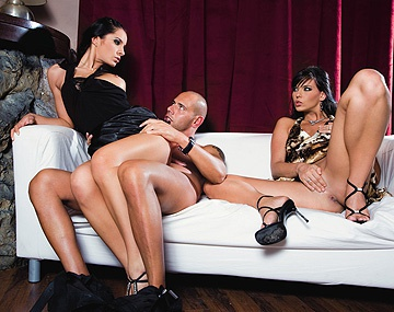 Private  porn video: Lucy Belle en Simony Diamond worden anaal genomen in trio met facials
