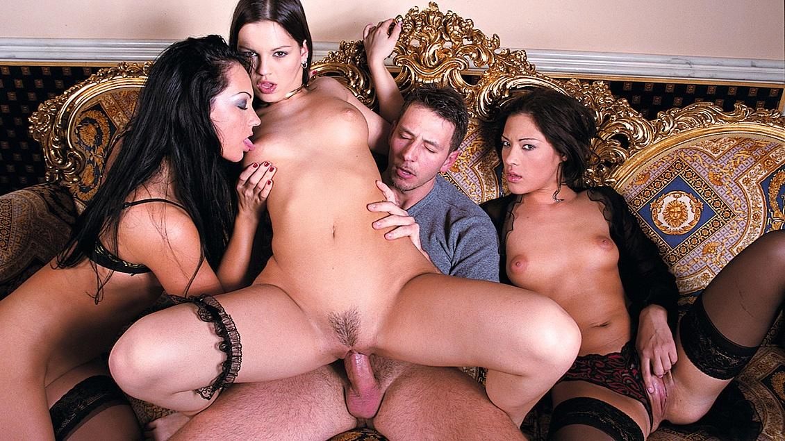 Nick bezoekt een bordeel en betaalt voor drie ladies helemaal voor zich alleen