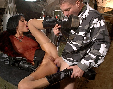 Private HD porn video: Brune et sexy Sarah Twain suce les mecs en uniforme