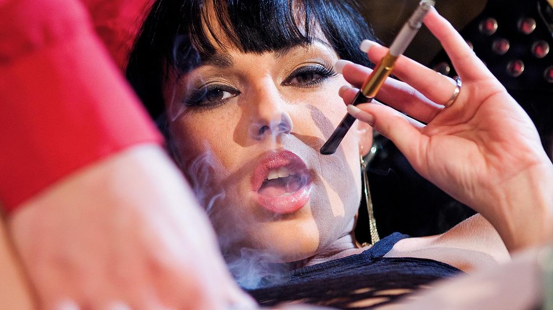 Esperando en la mazmorra, Tina espera fumando como una zorra