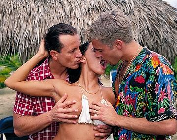 Private  porn video: Hij kijkt toe hoe Cristina in een trio op het strand keihard wordt geneukt en hun pikken afzuigt