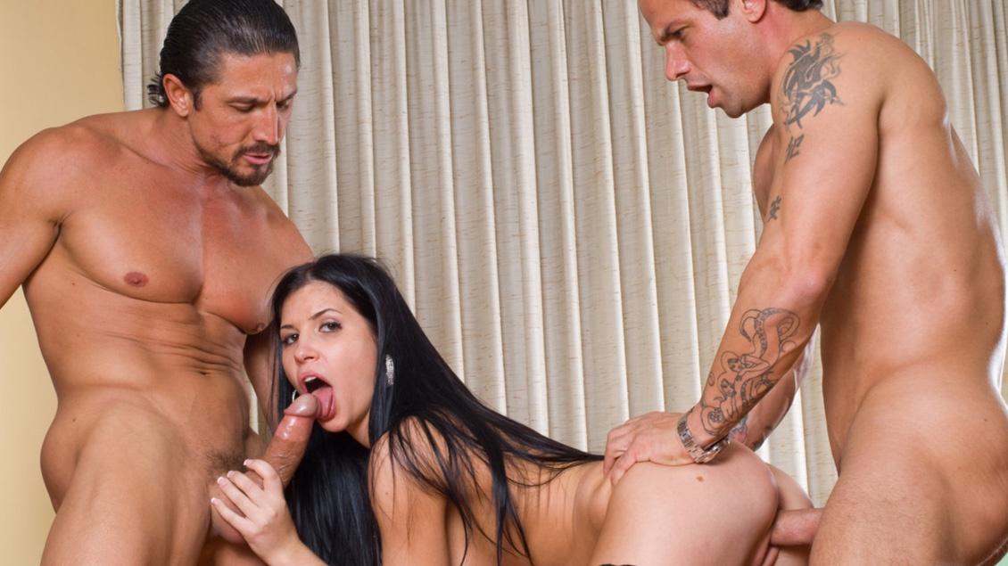 Rebeca Linares neukt 2 mannen tegelijk en krijgt een dubbele penetratie