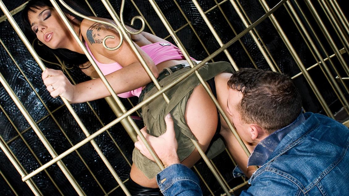 Simony DIamond, bailarina enjaulada por dos pollas atacada
