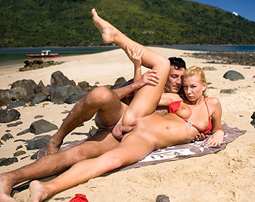 Private  porn video: Angelina Love rasurada en la playa de Madagascar le follan el culo sin parar