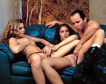 Private  porn video: Deze geile brunettes in dit MFF trio geven blowjob en krijgen anale sex met facial op een glibberige bank