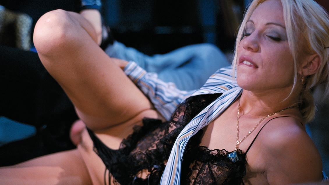 Fiona Evans, la azafata de vuelo, la come y practica el anal sin duelo