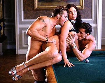 Private  porn video: Jessica spielt mit zwei Freunden Billard bevor sie zwei Queues gleichzeitig in die Löcher kriegt