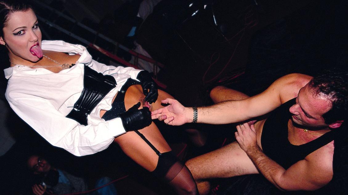 Katerina Porte Des Collants Sexy Tout En Se Faisant Baiser Par Les Deux Trous