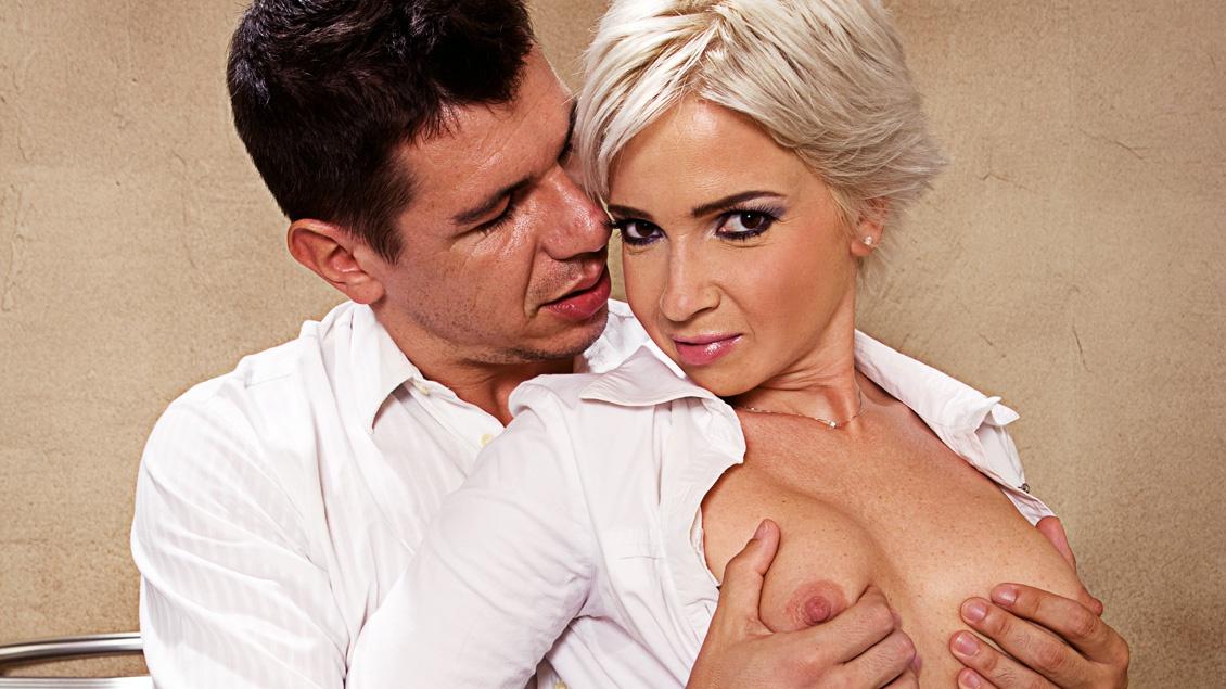 Sletje Johanna Roman krijgt een anale creampie in de voorraadkamer
