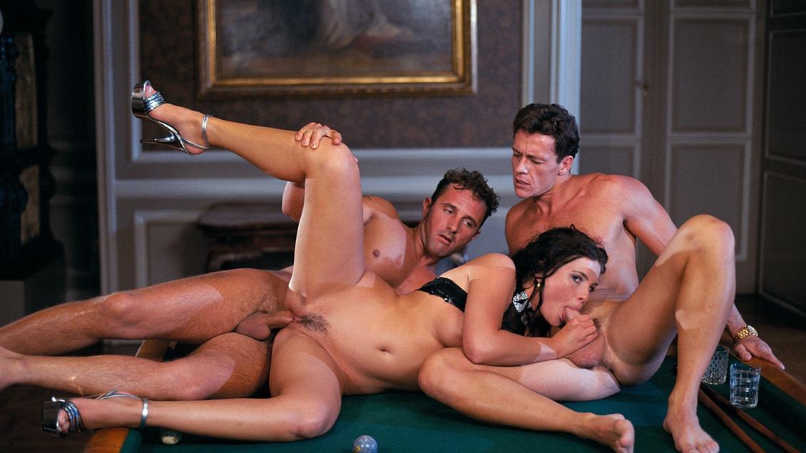 Cette vicieuse de Jessica Fiorentino suce 2 queues lors d'un trio