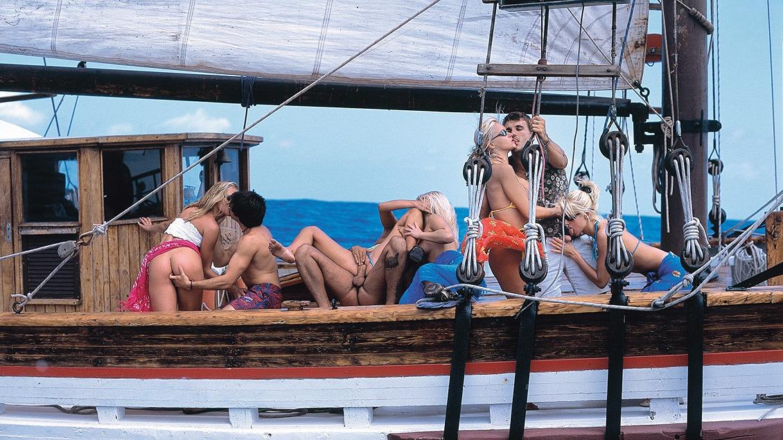 Op een boot hebben Blondines Alexa, Maya, Sandra, Tina en Maria een ruige orgie met harde anale sex
