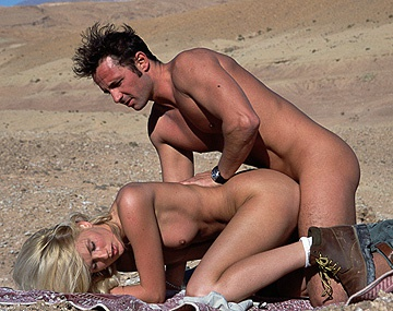 Private  porn video: Blondine Clauda Ricci heeft zin in sex en neukt hem midden in de Australische outback