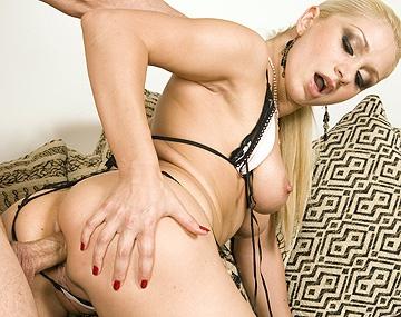 Private HD porn video: Je zult Leah Lush maar kado krijgen!
