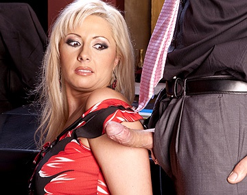 Private  porn video: Daria Glower, secretaria agradecida se deja encular por el jefe