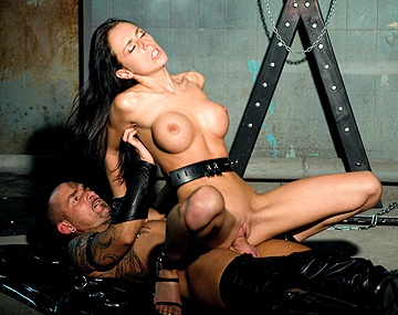 Private  porn video: Celia Jones adore se faire baiser et sucer des grosses bites pendant un bondage