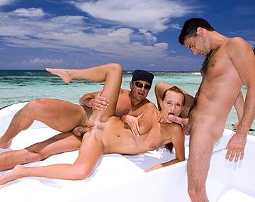 Private HD porn video: Rode Claudia Adams, in MMF trio, verwent 2 mannen op een boot met als einde een geile facial