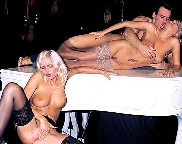 Private  porn video: Carla und Rihanna genießen es wie Ihre engen Ärsche von einem dicken Schwanz durchgefickt werden