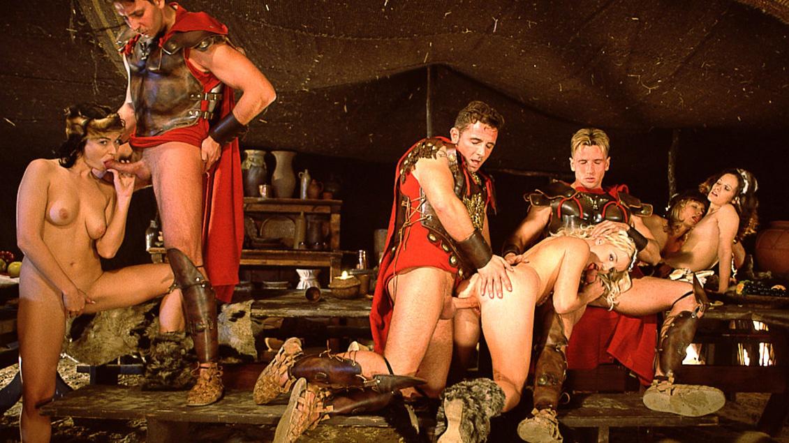 En la orgía romana, Barbara Voice, Tiffany, Sindy y Tina se hacen un DP para dar gusto a su vagina