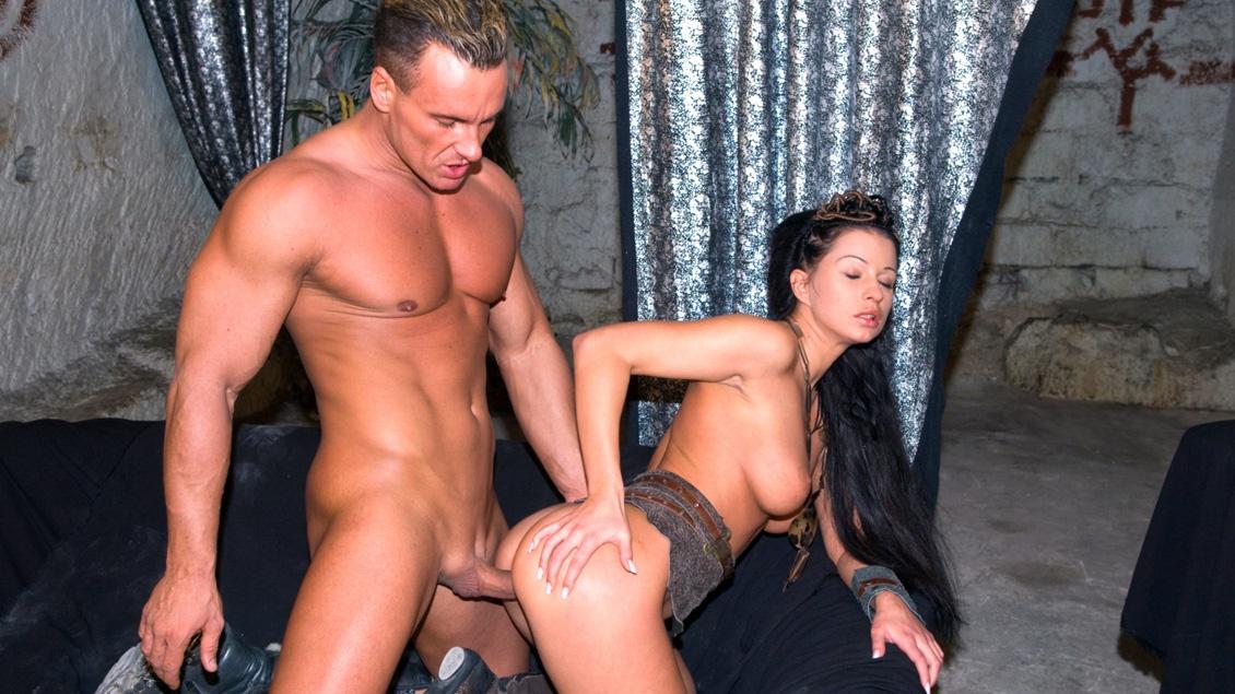 Tera gibt einen geilen Deep-Throat Blowjob bevor sie bis zum abspritzen in die Muschi gefickt wird