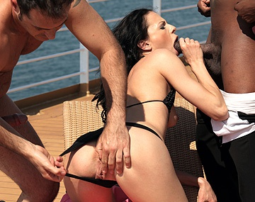 Private HD porn video: Aliz vaart mee op een cruise en wil de zwarte kelner