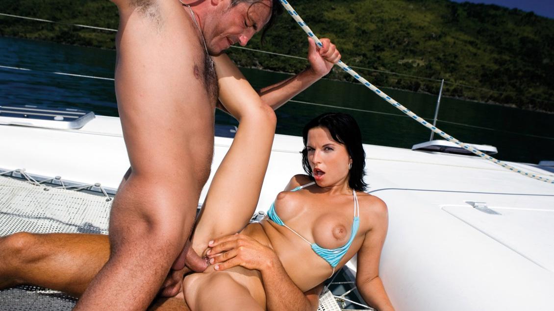 Renata verführt zwei Typen auf einem Boot bis zur Doppelpenetration