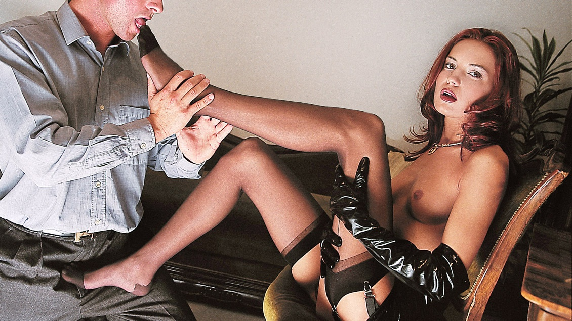 Brigitte, con tacones, látex y lencería, espera fumando que le perforen por la tercera vía