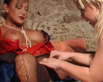 Private  porn video: Anastasia und Delfynn haben in einer bizarren Fetish-Szene geilen Lesben Sex miteinander