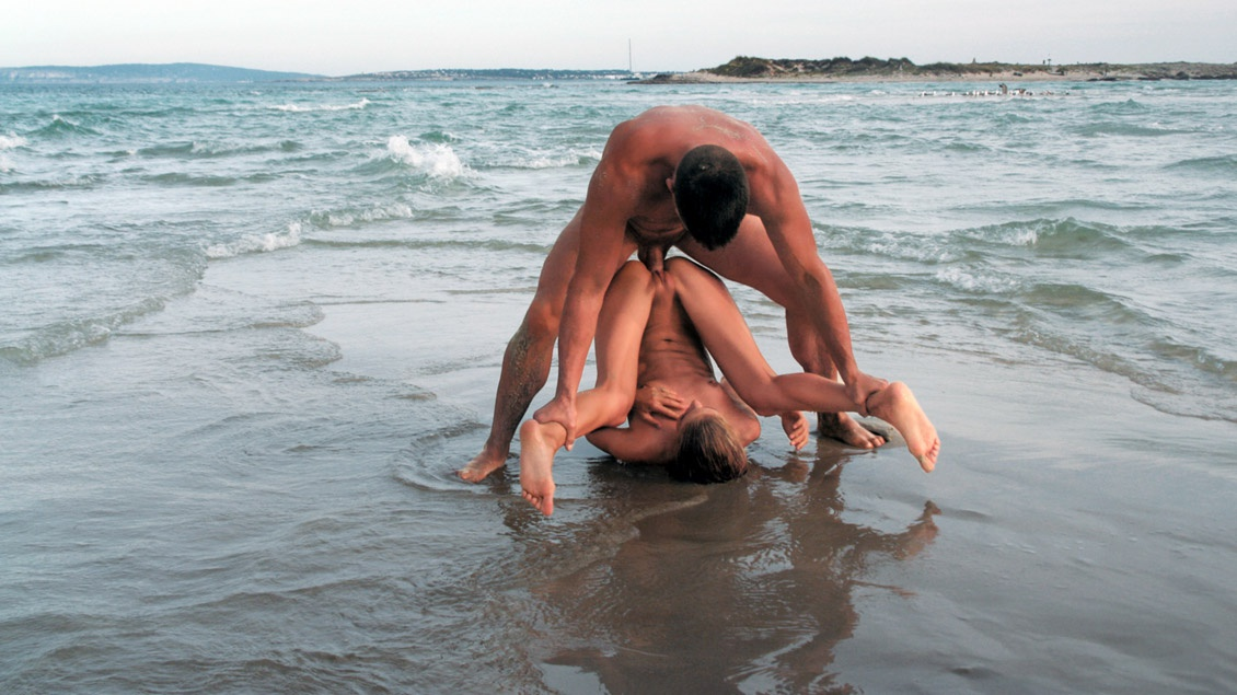 En Ibiza sobre el agua salina Cayenne le da gusto a su vagina