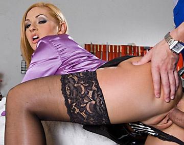 Private HD porn video: Roxy blonde chaudasse se fait défoncer le pot contre une réparation sur sa voiture