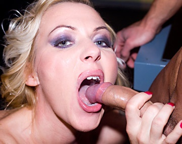 Private  porn video: Jessica helpt een man met een blowjob