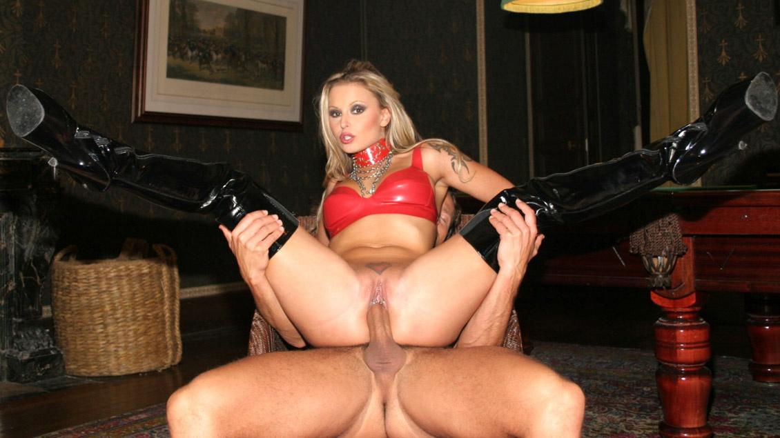 Des pornstars qui baisent dans une grosse orgie