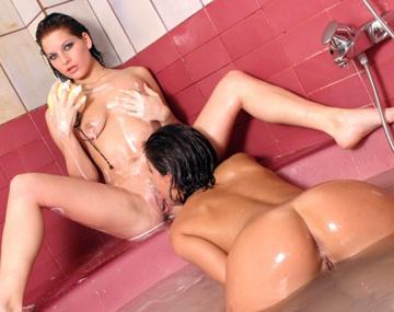 Private  porn video: Unter der Dusche stecken sich Petra und Silvia gegenseitig den Dildo in Ihre engen Löcher
