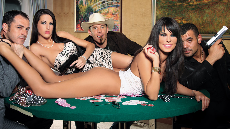 Na een spelletje kaart gaat het er ruig aan toe bij Kortney Kane en Melanie
