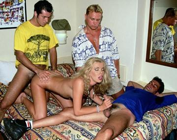 Private  porn video: Yelena Schieffer geeft twee mannen een blowjob, een derde neukt haar kontje