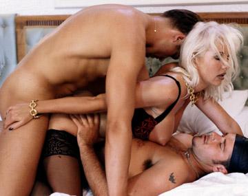 Private  porn video: Helen Duval tiene sexo duro con dos moteros