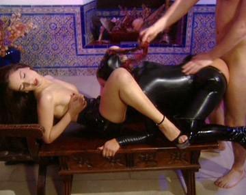 Private  porn video: Scène fétichiste bi avec Dru Berrymore et Melory qui se lèchent avant une séance anale