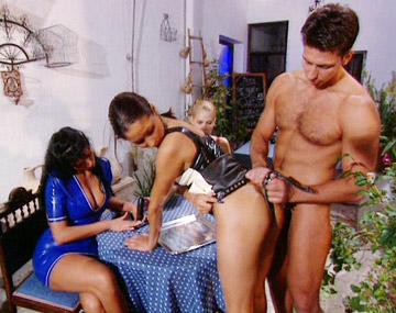 Private  porn video: Carmen, Suzi et Vanda utilisent un gode ceinture puis se partagent une éjac faciale