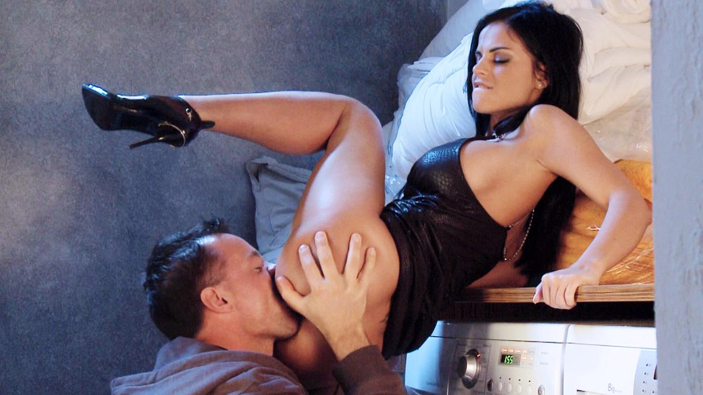 Black Angelika masturbeert in de wasruimte voordat ze anaal sex krijgt