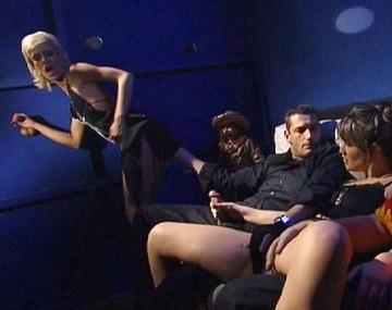Private  porn video: Mientras Cora Corina la chupa por un Glory Hole, Jessica May prueba el anal frente a un mirón