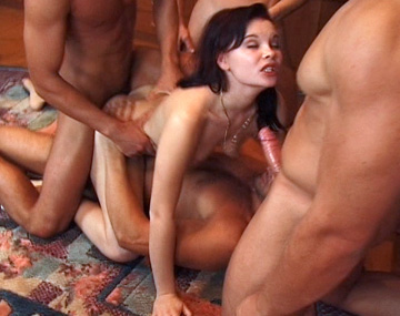 Private  porn video: Jessica disfruta de lo lindo con un gangbang